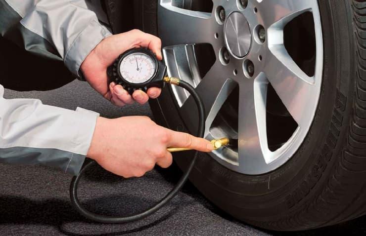 comprobación presión neumáticos coche