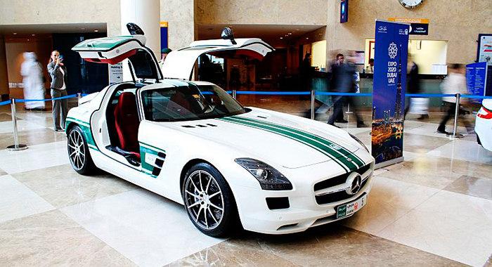 Coche de policía Mercedes Benz SLS