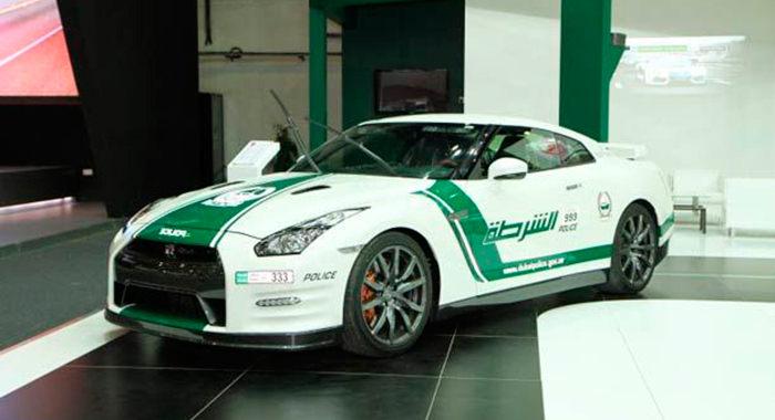 Coche de policía Nissan GTR