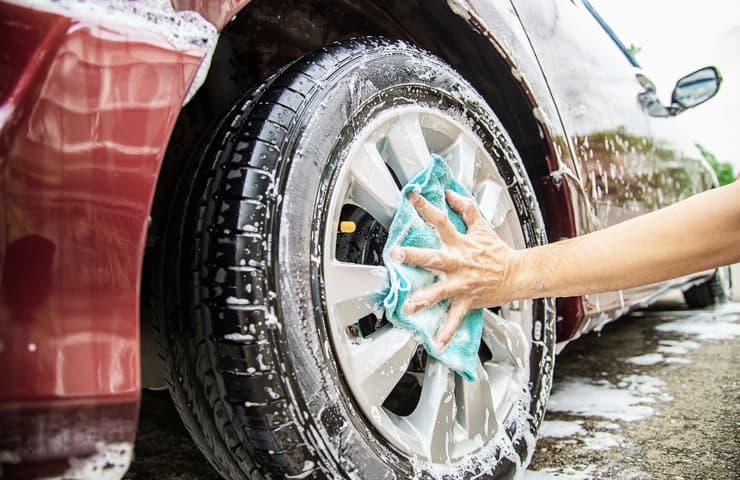 limpiar coche neumaticos
