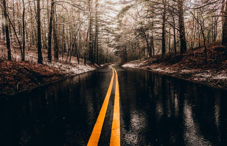 carretera mojada dia de lluvia