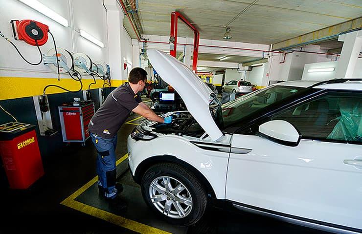 mecanico revisando coche taller