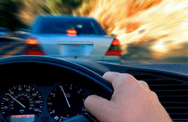 coche frenando carretera