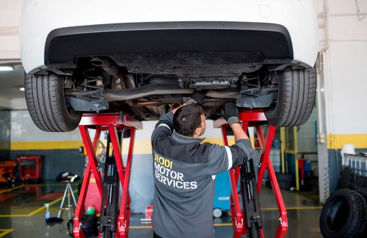 mecanic rodi inspecciona cotxe itv