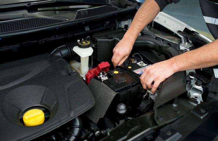 taller coche motor mantenimiento bateria invierno