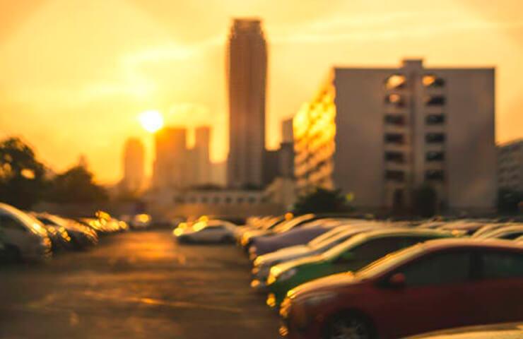 coches aparcados sol ciudad