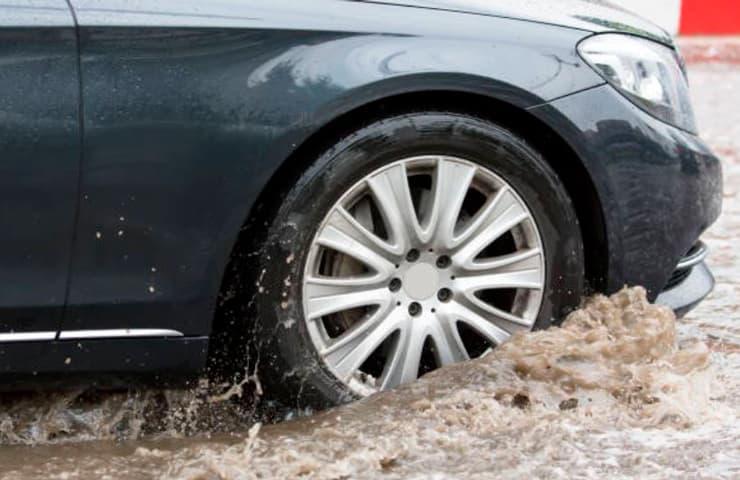 coche riada lluvia conducir