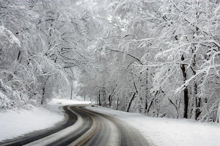 carretera nevada y con hielo