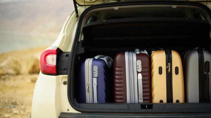 coche cargado maletes maletero