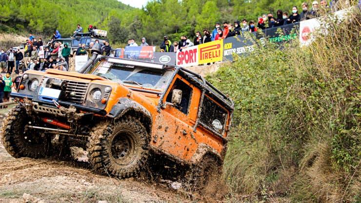 coche 4x4 land rover barro