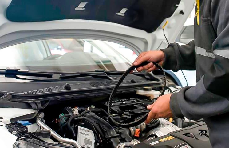 mecanico cambiando correa distribución coche