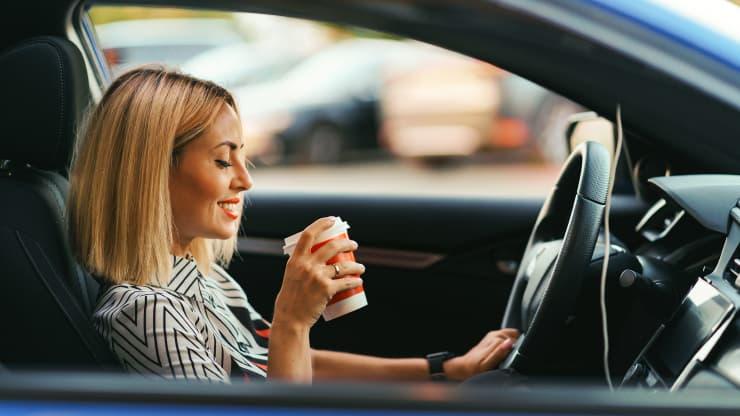 dona beu cafe cotxe