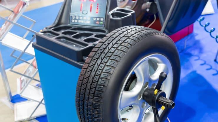maquina equilibrat pneumàtic cotxe
